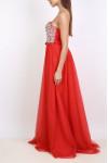 Vestido estilo princesa con escote palabra de honor de pedrería y falda de tul